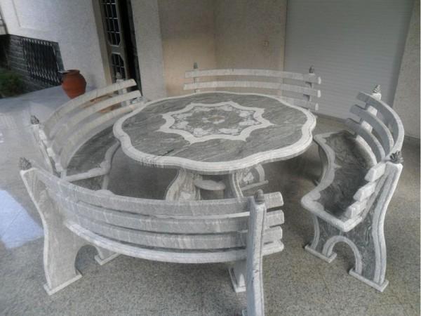 Stół i cztery ławki zrobione z szarego kamienia