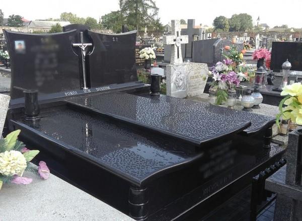 Czarny potrójny nagrobek z czarnym pomnikiem