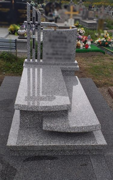 Szary nagrobek z małym szarym pomnikiem