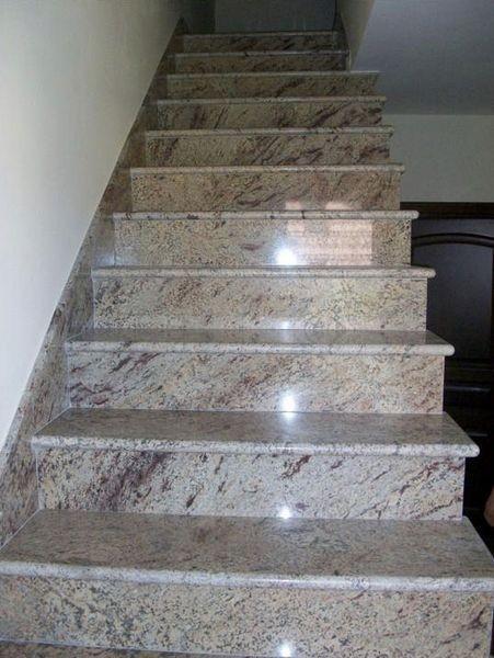 Beżowe połyskliwe schody