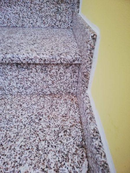 Schody wykończone kolorowym kamieniem