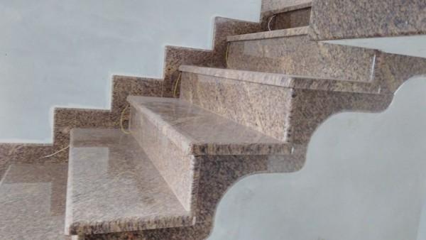 Schody wykończone beżowym kamieniem - perspektywa od boku