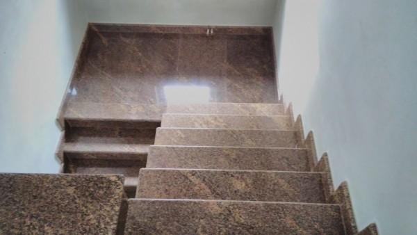 Beżowe schody prowadzące w dół