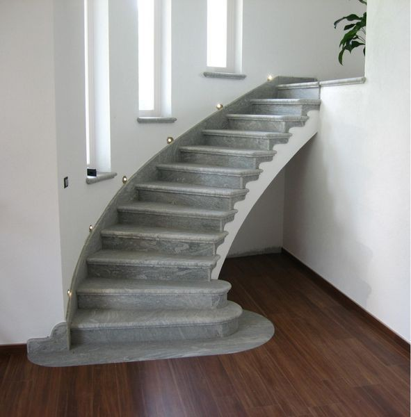 szare schody łagodnie skierowane w prawo