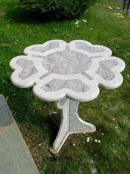 Stół w kształcie kwiatu wykończony szarym kamienie